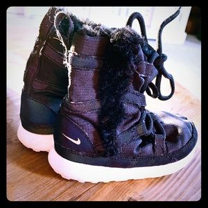 Baby girl NIKE snow boots, size 6, so CUTE!